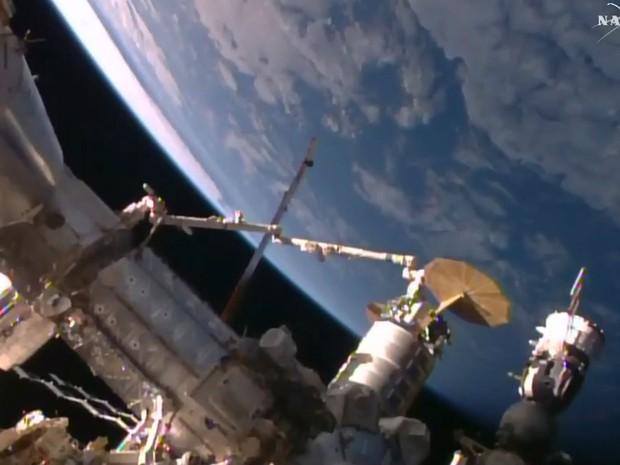 Em foto desta quarta-feira (9), astronauta Kjell Lindgren trabalha durante a chegada da cápsula Cygnus com 3,5 toneladas de suprimento à Estação Espacial Internacional (ISS)  (Foto: Nasa TV/AFP)