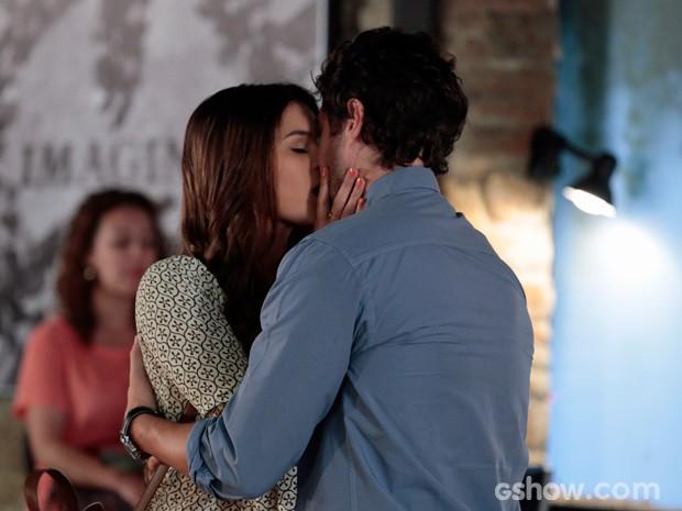 Luiza e Laerte começam a se beijar no meio do Galpão Cultural (Foto: Felipe Monteiro/TV Globo)