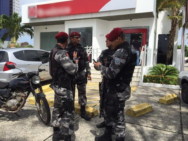 Homens quebraram a porta de vidro, invadiram a agência e renderam funcionários e clientes (Foto: Walter Paparazzo/G1)