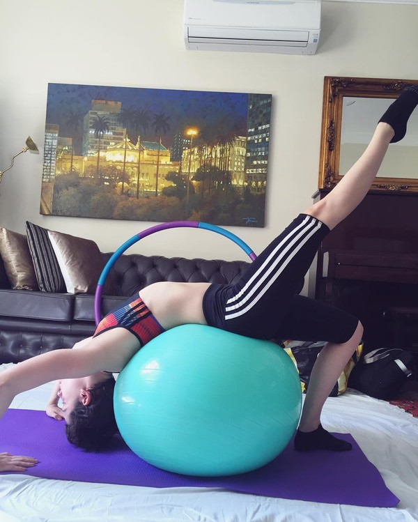 Sophia Abrahão mostra barriga seca e a elasticidade ao praticar pilates