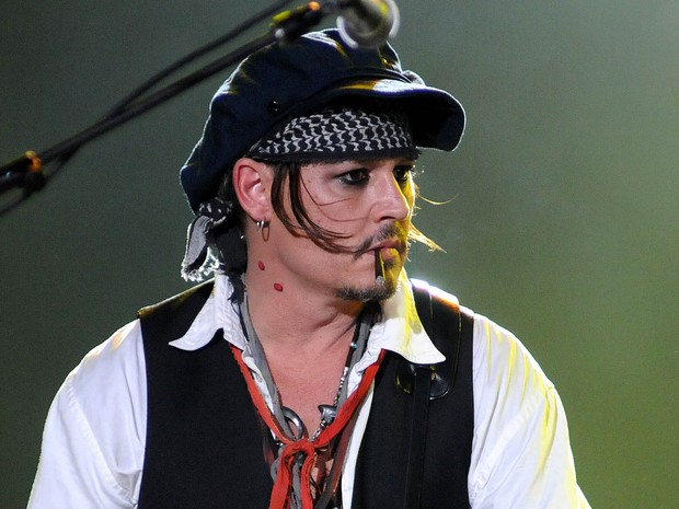Johnny Depp e os outros integrantes do Hollywood Vampires têm a marca de uma 'mordida de vampiro' no pescoço (Foto: Alexandre Durão/G1)