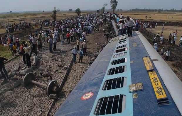 Equipes de resgate e moradores no local do acidente de trem nesta quinta-feira (31) na Índia (Foto: AFP)