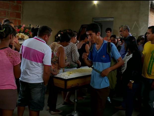 Velório da jovem Bruna que foi  morta no Distrito Industrial em Petrolina, PE (Foto: Reprodução/ TV Grande Rio)