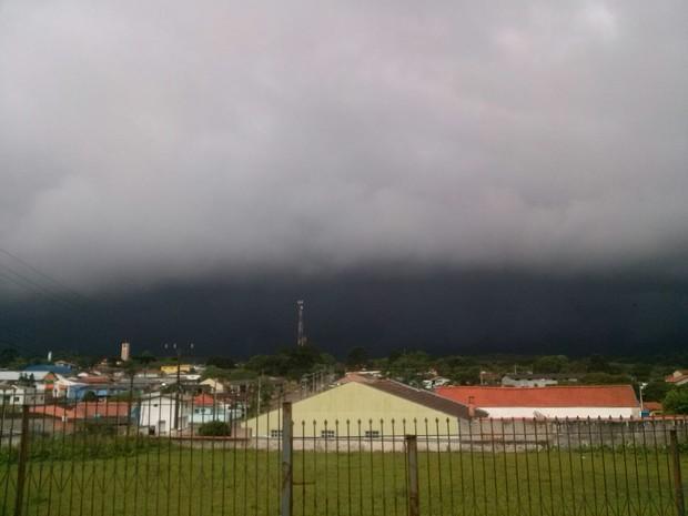 Amanhecer de quinta-feira (22) em Tijucas do Sul, Região de Curitiba (Foto: Wesley de Paula)