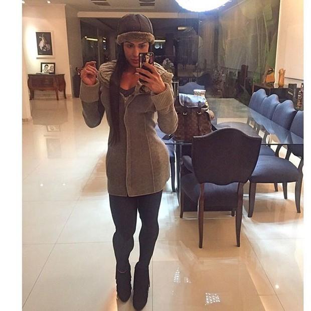 Gracyanne Barbosa com a mesa ao fundo da foto (Foto: Reprodução/Instagram)