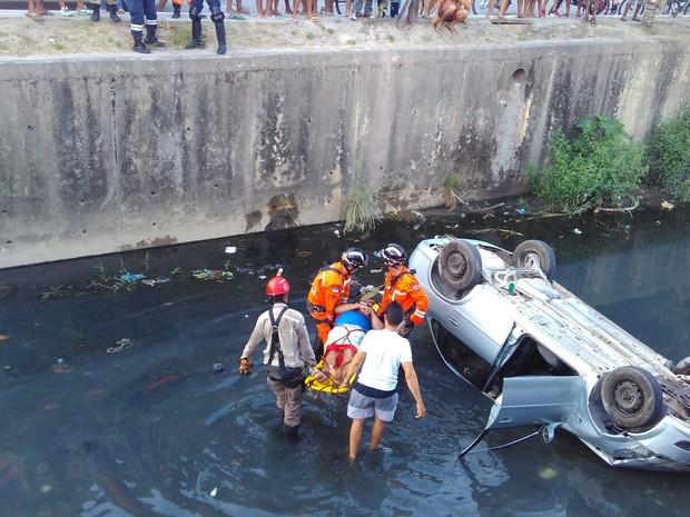 Bombeiros resgatam vítima de acidente em Boa Viagem, Zona Sul do Recife (Foto: Reprodução/WhatsApp)