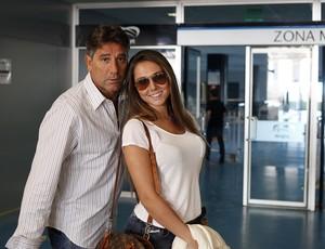 Carol e Renato param para foto na Arena do Grêmio (Foto: Wesley Santos/PressDigital)
