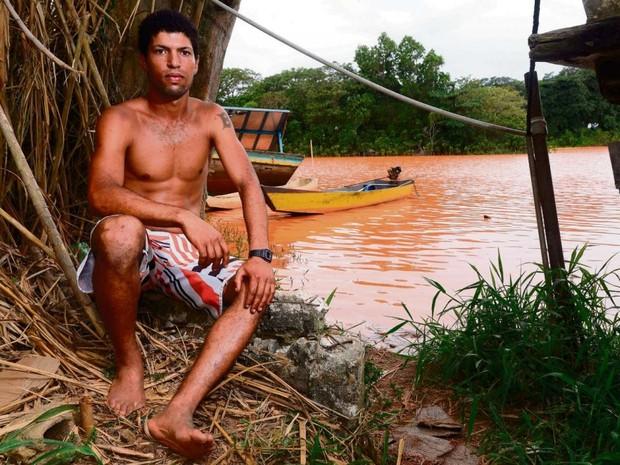 Lázaro Roldão lamenta por não poder pescar mais no Rio Doce, no Espírito Santo (Foto: Bernardo Coutinho/A Gazeta)