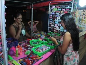 Diversos artesãos estão comercializando seus produtos no arraial (Foto: Reynesson Damasceno/Divulgação)