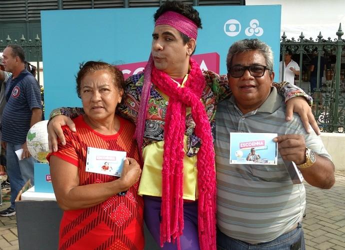 Casal de diverte posando ao lado do Seu Peru, em Manaus (Foto: Onofre Martins/Rede Amazônica)