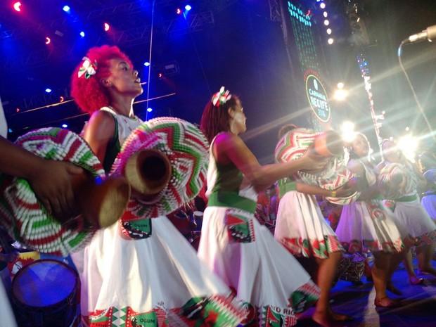 Nações de maracatu participam de abertura no Marco Zero (Foto: Penélope Araújo / G1)