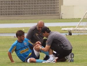 Felipe Gabriel do Botafogo sendo atendido (Foto: Thales Soares / Globoesporte.com)