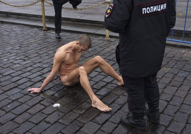 Pintor russo Piotr Pavlenski pregou seus testículos na Praça Vermelha  (Foto: Maxim Zmeyev/Reuters)