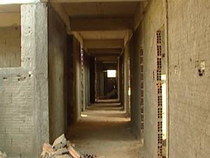 Posto de saúde ainda não foi concluído em Divinópolis (Foto: Reprodução/TV Integração)