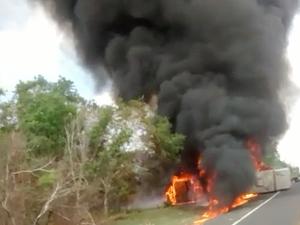Veículos incendiaram após a colisão na BR-316 (Foto: Polícia Militar)