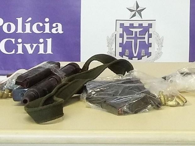 Submetralhadora foi encontrada com o traficante em Mussurunga, Salvador, Bahia (Foto: Polícia Civil / Divulgação)