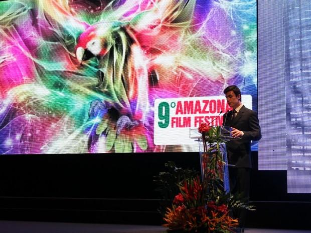Carlos Casagrande foi o mestre de cerimônias da noite de abertura do Amazonas Film Festival, em Manaus (Foto: Tiago Melo/G1 AM)