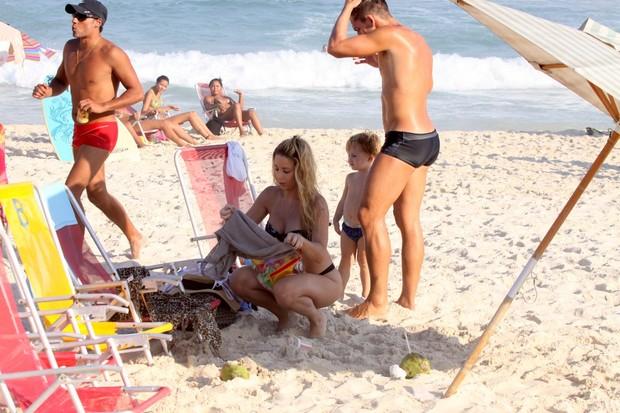 Daniele Winits e namorado, Amaury, na praia da Barra da Tijuca, RJ (Foto: Marcos Ferreira / FotoRioNews)
