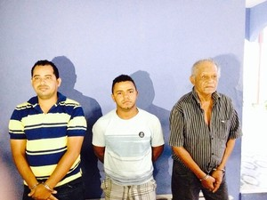 Trio foi preso nesta quinta-feira (5). Abelardo Tibúrcio (de camisa listrada) é apontado como líder da quadrilha (Foto: Divulgação/Ascom PC)