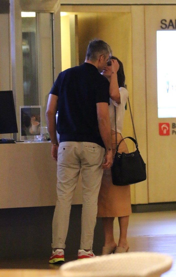 Flavia Alessandra e Otaviano Costa trocam beijos e carinho em noite de cinema no shopping (Foto: AgNews  / AgNews)