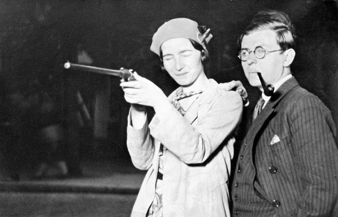 Simone de Beauvoir e Jean-Paul Sartre em aula de tiro (Foto: Reprodução/Wikipédia)