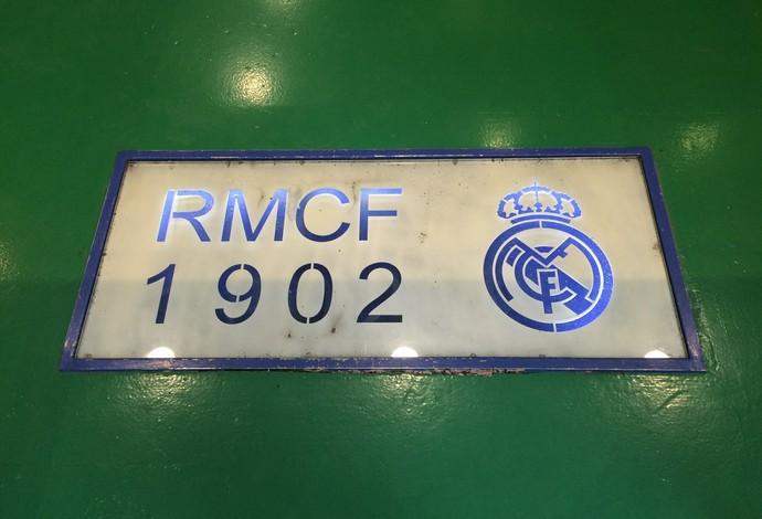 O Real Madrid está até no chão do bar (Foto: Ivan Raupp)