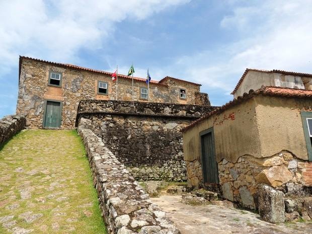 Edificação mais alta conta com exposição arqueológica de pequenas peças  (Foto: Valéria Martins/G1)