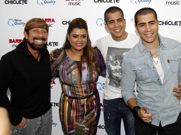 Preta Gil com Bell Marques, do Chiclete com Banana, e com Rafa e Pipo, da banda Oito7Nove4 (Foto: Felipe Assumpção/ Ag. News)