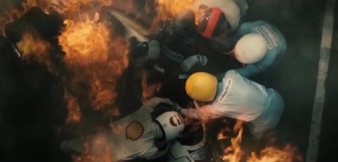 Emerson Fittipaldi ajudou a resgatar Niki Lauda da Ferrari em chamas no GP da Alemanha de F-1 de 1976. A cena é recriada pelo filme 'Rush' (Foto: Reprodução)