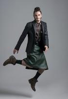Guilherme Prates usa saias em ensaio de moda: 'Gosto de roupa feminina'