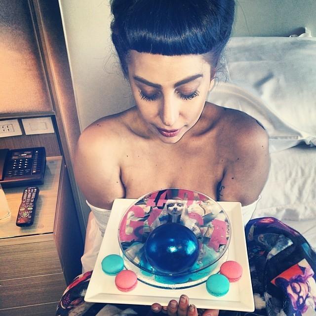 Lady Gaga ganha bolo com sua foto estampada