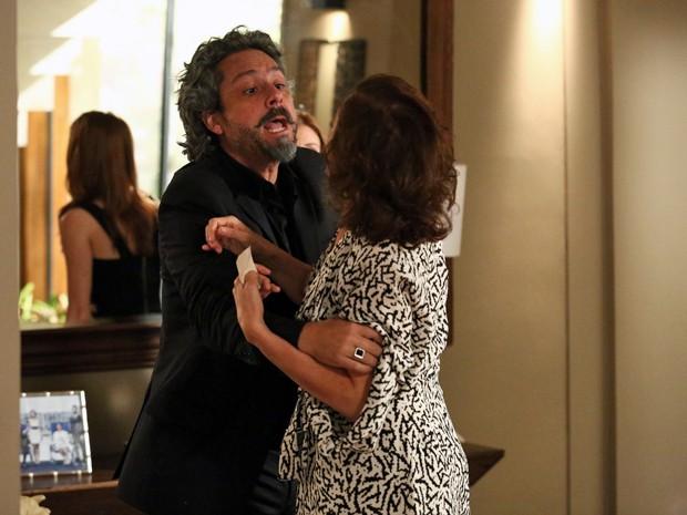 Zé tenta acalmar a fúria da imperatriz (Foto: Raphael Dias/ Gshow)
