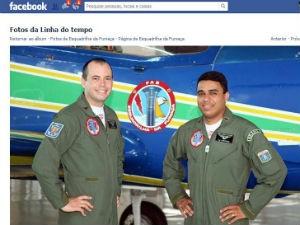 Pilotos receberam homenagem no Facebook da Esquadrilha da Fumaça em Pirassununga  (Foto: Reprodução/Facebook)