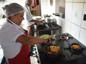 Há vagas para cozinheira (Foto: Fred Loureiro/ Secom-ES)