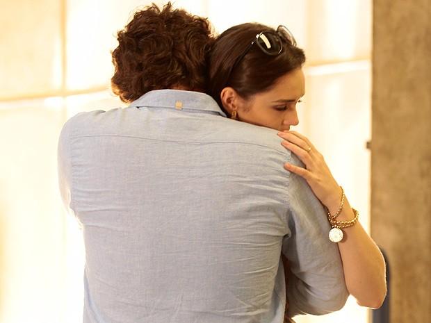 Elano consola Cida após a conversa com o bandido (Foto: Cheias de Charme / TV Globo)