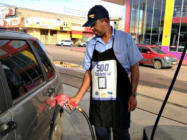 Na manhã desta quinta-feira, havia postos cobrando gasolina com reajuste (Foto: Larissa Matarésio/G1)