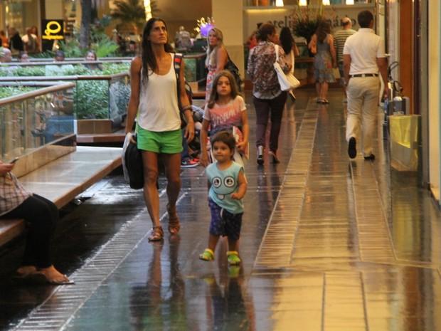 Cynthia Howlett com os filhos, Manuela e Rodrigo, em shopping no Rio (Foto: Daniel Delmiro/ Ag. News)