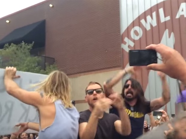 Integrantes do Foo Fighters fazem 'Rickroll' em manifestantes da Westboro Baptist Church, em Kansas City (Foto: Reprodução/Youtube/adamisntdumb)