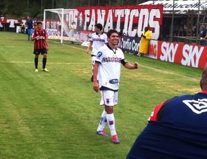 Lucio Flavio, do Paraná Clube, ri do nervosismo do  Atlético-PR (Foto: Gabriel Hamilko/GLOBOESPORTE.COM)