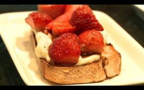 Bruschetta doce leva morangos e vinagre balsâmico