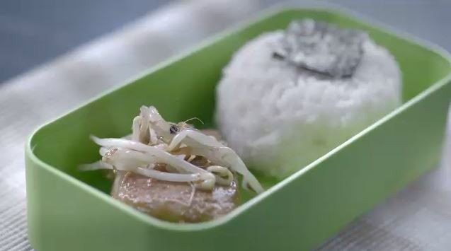 Peixe assado com broto de feijo refogado (Foto: Reproduo)