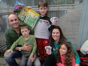 Completar o álbum foi o programa de sábado para família Caliendo (Foto: Eduardo Amaral/G1)