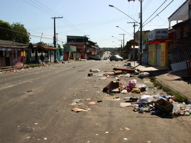 Rua 27, na Cidade Nova, ficou tomada por lixo (Foto: Jamile Alves/G1 AM)