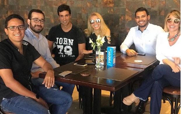 Joelma e o namorado Alessandro Cavalcante em reunião de trabalho  (Foto: Reprodução)