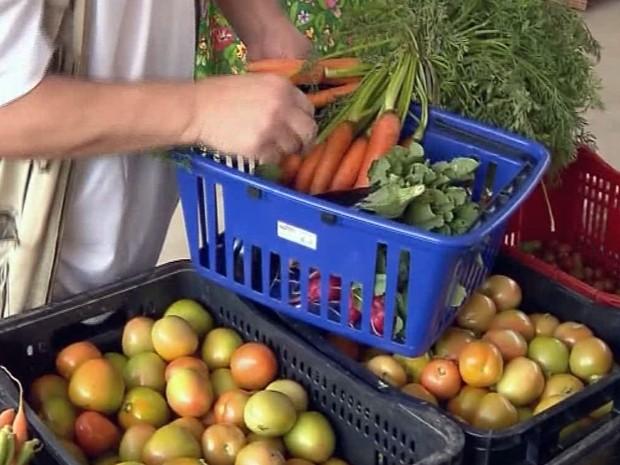 Produtos orgânicos são destaques em feiras (Foto: Edson de Oliveira/ Reprodução EPTV)