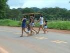 Sem faixa de pedestre, moradores se arriscam ao atravessar rodovia