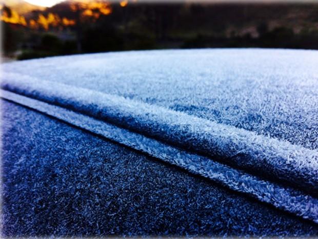 Veículo fica 'congelado' com temperatura negativa registrada em Maria da Fé (Foto: William Siqueira / Arquivo pessoal)