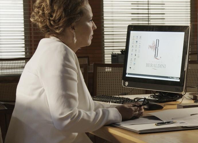A empresária ouve atentamente as palavras do escritor (Foto: TV Globo)