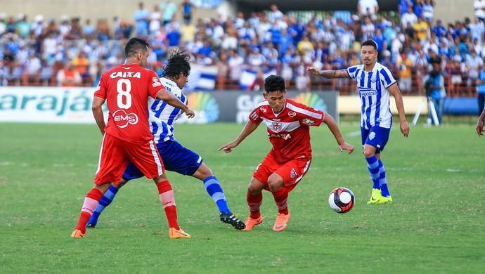 Chico, do CRB, tenta dominar a bola - CSA x CRB (Foto: Ailton Cruz/Gazeta de Alagoas)