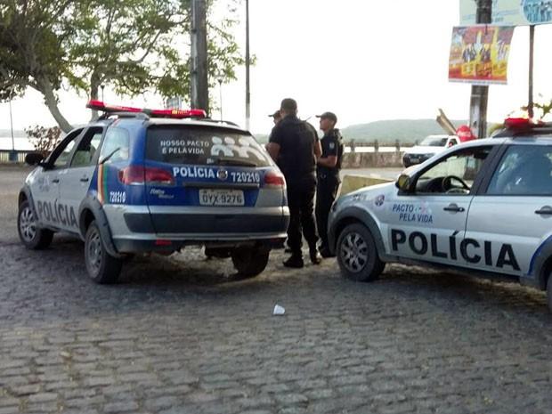 Detentos não foram encontrados até a manhã desta quarta-feira (7). Viaturas da Polícia Militar estão de prontidão na Ponte de Itamaracá (Foto: Kety Marinho / TV Globo)
